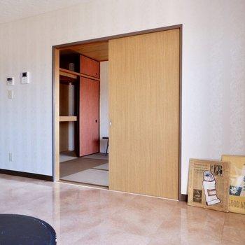 【LDK】お隣の和室とは引き戸で仕切られていました。