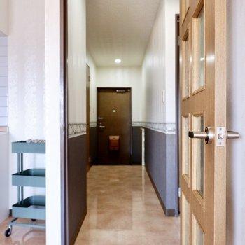 廊下を通って洋室へ。
