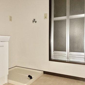 洗濯機置き場も脱衣所にあります。※写真は通電前のため、フラッシュを使用しています