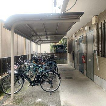 外に出ると、駐輪場が目の前に。