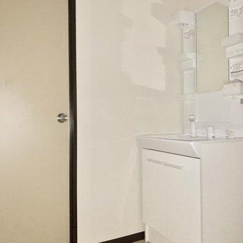 独立洗面台が嬉しい。※写真は通電前のため、フラッシュを使用しています