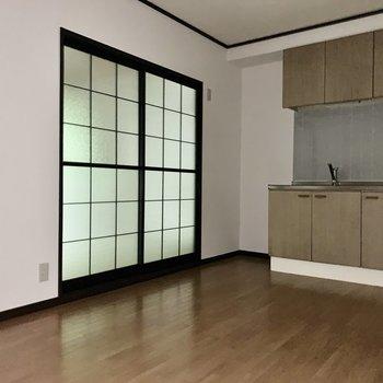 【DK】冷蔵庫はキッチン横に。※写真は通電前のため、フラッシュを使用しています