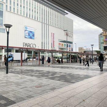 駅前にはお店がたくさん。