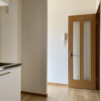 【LDK】右側に冷蔵庫が置けますよ。