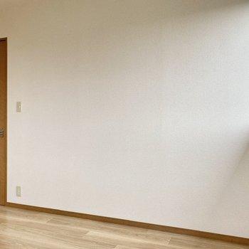 【洋室】寝室にしたら自然光で気持ちよく起床できそうですね。