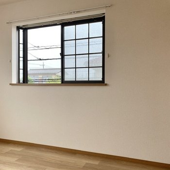 【洋室】ブロック感のある窓がアクセントです。