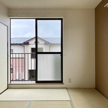 【和室】こちらの窓からもバルコニーに出られますね。