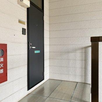 玄関前共用部。2階に上がって右手のお部屋です。