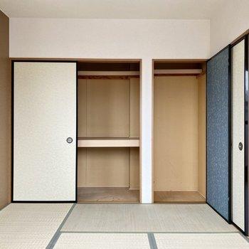 【和室】収納スペースは押入れタイプ。右側には掃除機などの背の高いものも収納できそう。