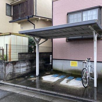駐輪場(空き要確認)。屋根があるので雨の日も濡らさずに保管できますね。