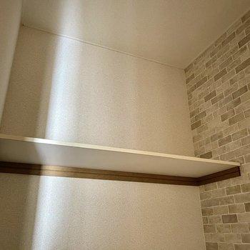上部のシェルフにはペーパーや洗剤など保管しておけますね。