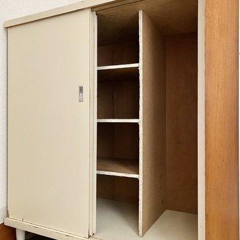 シューズボックス。家族で使うなら上部にもう一つボックスを設置すると良いかも。