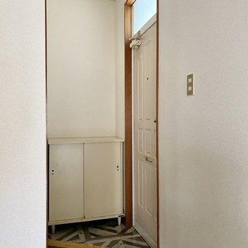 玄関。三角形のタタキが個性的ですね。