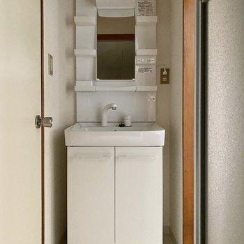 機能的なデザインの洗面台。