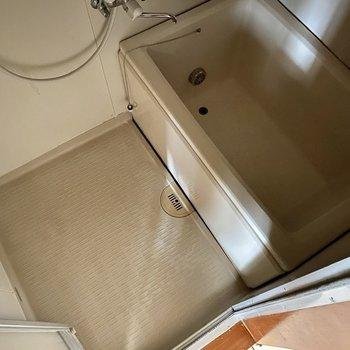 浴室。洗い場、浴槽共にゆったりめですよ。※写真は通電前のもの・フラッシュを使用しています