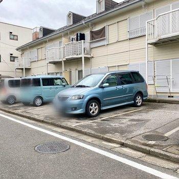 駐車場(空き要確認)。平置きで通りに面しており、出し入れしやすそう。