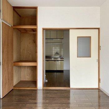 【天井まで伸びる縦長の収納スペース。中にケースいれて、日用品などを小分けにしておくと良いかも。