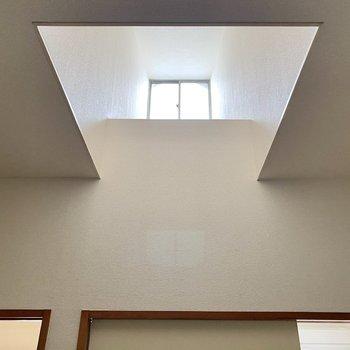 【洋室8帖】実は天井近くからも光を取り入れているんです。