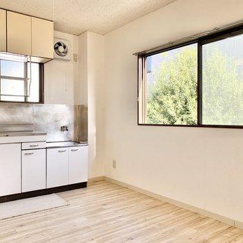 【キッチン】キッチンも2面採光で風通し良好。