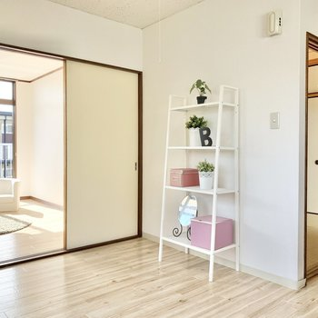 【キッチン】家電や棚を置ける広さはあります。