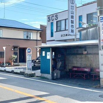 最寄りのバス停〈越戸橋〉までは徒歩約4分。