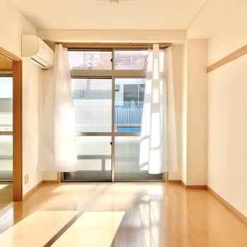 【洋室】窓が高い位置まであるので、自然光がたっぷり入ってきます。