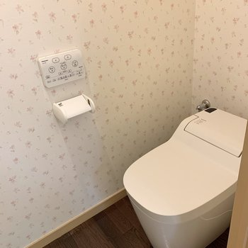 タンクレストイレでスッキリとした印象です。