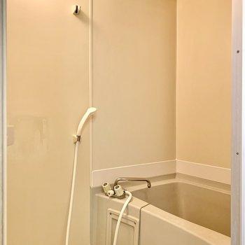 シンプルなバスルーム。ラックを用意するとスペースを保てます。