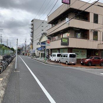 駅周辺には飲食店やコンビニがありました。