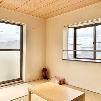 【和室】2面採光で日当たりも良いですよ。※家具はサンプルです