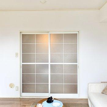 【ベランダ側の洋室】ソファやローテーブルを置いてリビングにすると良いですね。※家具はサンプルです