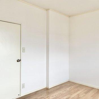 【洋室】ドアを開けて次はサニタリーへ。