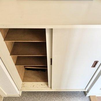 靴箱の上の棚には鍵などを置いておけます。