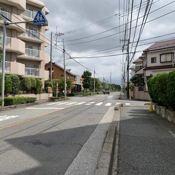 お部屋前の道は広いので自転車でも車でも通りやすそうです。