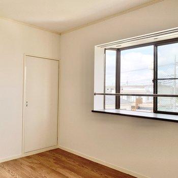 【洋室】出窓には写真などを飾りたいですね。