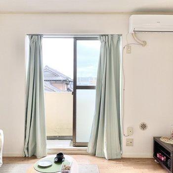 【ベランダ側の洋室】風通しが良いですよ〜※家具はサンプルです