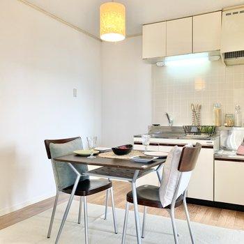 【DK】お部屋の中央にダイニングテーブルを置けば、食事スペースとして使えますね。※家具はサンプルです