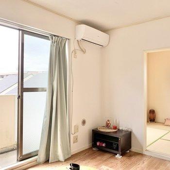 【ベランダ側の洋室】和室とも繋がっています。※家具はサンプルです