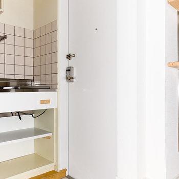 お部屋に馴染む白い玄関ドア※写真は通電前・一部フラッシュ撮影をしています