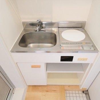 キッチンはコンパクトですがお部屋に馴染む色味※写真は前回募集時のものです