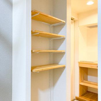 オープンな収納棚