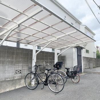 駐輪場は建物の横に。