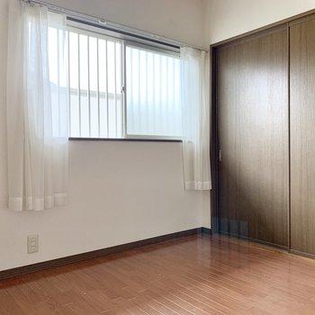 【洋室キッチン側】収納は側面にあります。