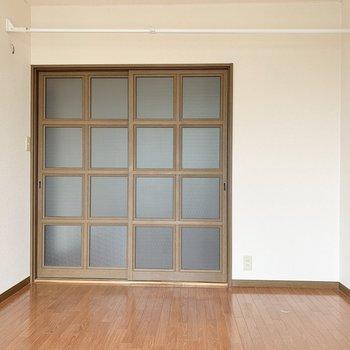 【洋室ベランダ側】収納がないなので、棚やラックを置いておきましょう。