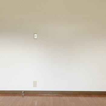 【洋室キッチン側】こぢんまりとしているので、大型家具はベッドくらいにしておきましょう。