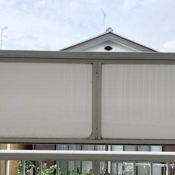 【洋室キッチン側】窓からは共用部が見えます。
