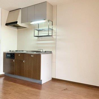 【DK】冷蔵庫はキッチン横に。※写真はクリーニング前のものです