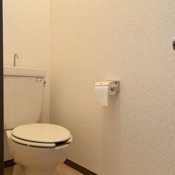 トイレは玄関側にあります。※写真はクリーニング前のものです