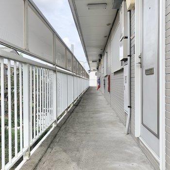 屋根付きの共用部で雨でも濡れにくいです。
