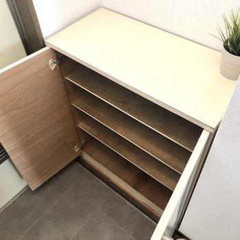 シューズボックスは4段です。※家具・インテリアはサンプルです